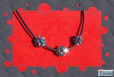 Gargantilla Isabolitas Mar - Tres Isabolitas confeccionadas con tupis de cristal Swarovski. Se entrega con cordón de piel azul marino con cierre de plata. Balls, Jewelry, Chokers, Navy Blue, Pendants, Silver, Crystals, Fur, Jewlery