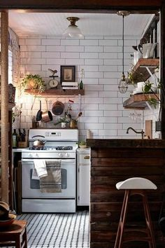 les meubles de cuisine en bois foncé dans la cuisine de petites dimensions