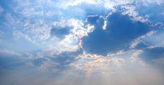 ¿Qué significa un anillo alrededor del sol?. En el lenguaje popular, un anillo (llamado halo) que se ve alrededor del sol o de la luna significa que las precipitaciones están llegando (generalmente es lluvia).