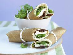 Mozzarella-Wraps mit Rucola und Zwiebelchutney |