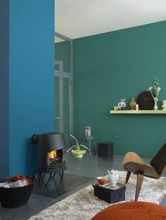 Deze woonkamer is als een sprookje. De open haard als ultieme sfeermaker krijgt een extra warme uitstraling met 'Batikblauw' op de achterwand. Met 'Sprookjesgroen' op de lange muur en 'Pasta verde' als accent krijgt het sprookje een verrassend moderne wending. Maak het persoonlijk door zelfgemaakte accessoires in 'Pasta verde' te schilderen en te combineren met pronkstukken van vroeger. Kleurgebruik: Batikblauw, Sprookjesgroen en Pasta Verde (collectie: HomeMade)