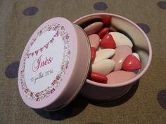 Création Sons et Chiffons : baptême, boite dragées rose ronde, fanions, Liberty Eloise rose