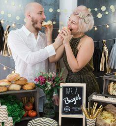 bar à bagels wedding couple gold wood
