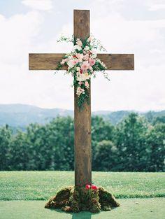 large wood cross for outdoor wedding ceremony - Melissa Jill Photography Altar, Wedding Ceremony Flowers, Wedding Bouquets, Wedding Ceremonies, Wedding Aisles, Wedding Backdrops, Ceremony Backdrop, Wedding Reception, Wedding Venues