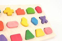 Jouet éducatif en bois fabriqué dans le Jura de façon artisanale. http://www.jouets-ecoles.com/jeux-petite-enfance-/946-jeu-de-formes-geometriques-jouet-d-eveil-3316440009464.html