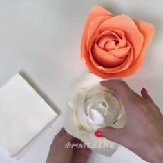 Paper Flower Garlands, Easy Paper Flowers, Paper Roses, Diy Flowers, Fabric Flowers, Giant Paper Flowers, Diy Crafts Hacks, Diy Crafts For Gifts, Diy Home Crafts