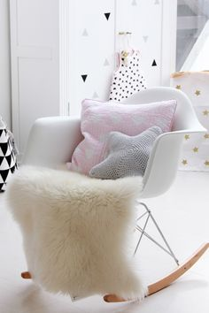 """Eames rocking chair, a sure bet to decorate with plaid and pillow """"cuddly"""" to warm up everything! Inspiration from N & # Hirondelle Source by Pastel Girls Room, Pastel Nursery, Girl Nursery, Baby Bedroom, Girls Bedroom, Bedroom Ideas, Eames Rocking Chair, Eames Rocker, Little Girl Rooms"""