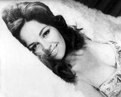 Isela Vega (1939) Es una actriz, guionista, productora y directora de cine mexicana. Esto le abre las puertas para iniciarse en el mundo del modelaje, por lo que viaja a Estados Unidos para estudiar inglés y modelaje
