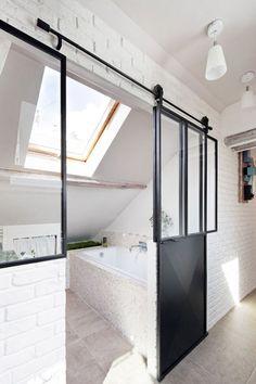 Dachgeschosswohnung – die Vorteile unterm Dach zu wohnen the-small-bathroom-in-penthouse-the-benefits-under-roof-to-live Attic Apartment, Attic Rooms, Attic Spaces, Small Spaces, Parisian Apartment, Apartment Therapy, Penthouse Apartment, Attic Renovation, Attic Remodel