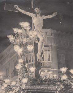 Stmo. Cristo de la Expiración en una de sus primeras salidas procesionales, posiblemente en 1943 con un trono muy distinto al que estrenó pocos años después.