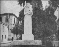 Το άγαλμα της Μητέρας στη λεωφόρο Βασ. Γεωργίου Β', έργο του γλύπτου Ιωάννη Παππά. Αποκαλυπτήρια στις 29 Μαρτίου 1959, Πειραιάς, 1966.