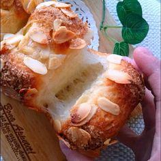 これ。衝撃です❗❤お菓子によく使う『アーモンドプードル(P)』をパンに捏ねたら、コクが出るんじゃないかな?って思い、パン生地に混ぜてみました❤ ↑※文字数足りなくて『アーモンドP』ってなってますが、アーモンドプードルの事っす(ニャハハハハ…笑) …焼き上がり、なんちゅう極上な柔らかさ❗✨✨✨ペコもビックラコンのパンになりました❤❤❤ 試し焼きに20㌘を加えましたが、すっごく引きのよい滑らかなパン❤ バターは少な目にしましたが、アーモンドプードルのおかげで、絹の口溶けのようなパンです✨✨✨ あまりの美味しさに、あっという間になくなっちゃったので、追加で2回も焼きました(笑) アーモンドプードルは、生の状態やロースト状態等、お好みで色んなアーモンドパンを食べてみてくださいね❤🍀(水分量を調整なさって下さいね🍀) これ、かなり美味しいかも👍❤ バッチグー バッチグー👌❤👌❤ 次に、おやつに作ったさつまいもレスキューのお菓子第2段へ❤ 30分cook❤『ふわしゅわ❤さつまいものスフレチーズカップケーキ』をご紹介します🍀 続く…❤
