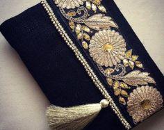 Embrague étnico floral, bolso amarillo mostaza, embrague hecho a mano, bordado de seda y encaje  Este embrague étnico Floral es perfectamente hecha a mano con yute amarillo mostaza de alta calidad, bordados étnicos y encaje. Es muy elegante y está seguro de captar la atención de todos! Será elegante con jeans o vestidos y usar este ambos día y noche.   CARACTERÍSTICAS:  -Tela: Arpillera amarillo mostaza -Adorno: Bordado, cordón -Cerrado por: corchetes de metal magnéticos -Tipo de correa: una…