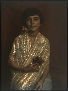 Exquisite painting of Assuit. Indira Sher-Gil (sister of artist Amrita Sher-Gil) in From Vivan SUNDARAM's Four Black Boxes for the Family (installation), Petite Fashion Tips, Fashion Tips For Women, French Fashion, Indian Fashion, Classy Fashion, Work Fashion, Diy Fashion, Fall Fashion, Korean Fashion