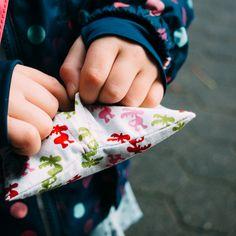 Heute öffnet sich das 22. Türchen des BERNINA Adventskalenders für euch, hinter dem sich eine Anleitung zum Nähen von praktischen Hüllen für Hand- bzw. Taschenwärmer verbirgt.  Viele Kinder mögen keine Handschuhe, weil sie sich damit in ihrer Motorik eingeschränkt fühlen. Trotzdem bleibt es im Winter nicht aus, dass die kleinen Händchen kalt werden. Zum Aufwärmen nach der Schlittenfahrt oder ...