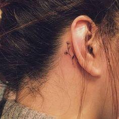 Tatouage derrière l'oreille fines fleurs - 20 idées de tatouages derrière l'oreille jolis et discrets - Elle