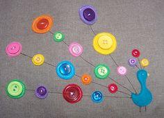 Patchcolagem de pavão usando feltro e botões
