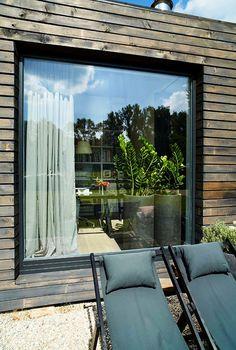 Are lambriuri și pe acoperiș casa asta modernă din lemn | Adela Pârvu - Interior design blogger Modern Barn House, Lake Cabins, Design Case, House Rooms, My Dream Home, Facade, New Homes, House Design, Windows