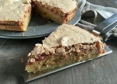 Lækker opskrift på en gammeldags makronkage (tvebakkekage) med hindbær i midten. En skøn skærekage, som smagsmæssigt minder lidt om makronsnitter...