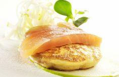 Aardappelblini met gerookte zalm, salade van knolselder en appel