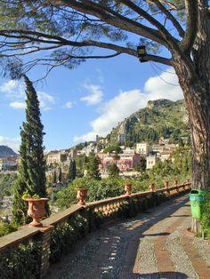 Italy, view of Taormina and the hill Messina Italien. Schöne Aussicht auf die Stadt Taormina mit ihren Berghängen.