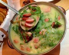 O Caldo Verde com Linguiça Defumada é delicioso, fácil de fazer e vai esquentar os dias mais frios com muito sabor. Faça e confira! Veja Também: Pão Italia