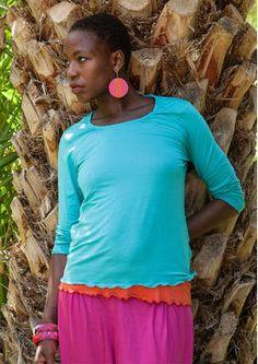 Einfarbiges Shirt aus Micromodal Einfarbiges Shirt aus Micromodal Dieses hübsche Trikotshirt aus herrlich weichem Micromodal lässt sich perfekt mit unserem übrigen Sortiment kombinieren. Langärmeliges Modell mit großzügigem Ausschnitt. Figurnahe Passform Länge/M 60 cm Artikelnummer 52406 Preis: 42,- € Kauf-2-Preis: 38,- €/Stk. 52406-67_52406-30.jpg