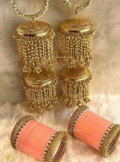 Best dress indian wedding bridal makeup ideas Source by AlexisZrai indian Bridal Bangles, Wedding Bracelet, Bridal Jewelry, Bridesmaid Accessories, Bridal Accessories, Jewelry Accessories, Jewelry Design, Chuda Bangles, Bridesmaid Bracelet Gift