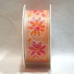 Nastro di organza fondo color pesco-salmone-arancio deco fiori margherite. H.4 cm lungo 20 mt. Disponibile da C&C Creations Store per confezionare bomboniere e decorare.