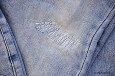 Learn to Machine Sew Backstitch Practice Tutorial: How to darn jeans. Save your favorite jeans by darning holes in them with straight and backstitching! Straight Stitch, Back Stitch, Felt Fabric, Fabric Scraps, Sewing Hacks, Sewing Tutorials, Sewing Courses, Jeans Fabric, Vintage Sewing Machines