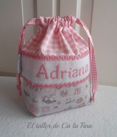 "Bolsita pañalera ""Adriana"" #bebes #canastillas Christmas Crafts Sewing, Easy Christmas Ornaments, Nappy Wallet, Homemade Bags, Fabric Basket Tutorial, Baby Shawer, Baby Hands, Creation Couture, String Bag"