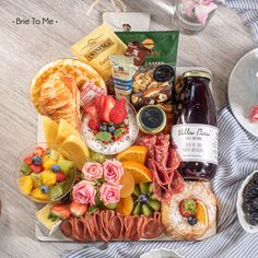 Para o dia começar muuuito bem BREAKFAST BOARD Brie To Me Para quem você quer enviar um café lindo assim ? Aproveite o final de semana e demonstre seu carinho por aquela pessoa especial! Faça seu pedido clicando no link da Bio #brietome #manaus #grazingfood #grazingbox #breakfast #breakfastbox #cafedamanha #gourmet #coffeetime #breakfasttray Grazing Food, Brie, Dairy, Cheese, Link, Special Person, Manaus, Morning Coffee, Physical Intimacy