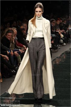 very katharine hepburn-y. Fashion Wear, Fashion Show, Fashion Looks, Fashion Outfits, Classic Wardrobe, Classic Outfits, Parisian Chic Style, Grey Outfit, Effortless Chic