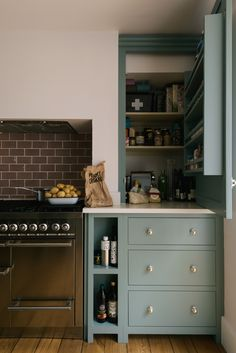A lovely cooker run with bespoke Shaker cupboards to make the most of the space … Devol Shaker Kitchen, Devol Kitchens, Home Kitchens, Country Kitchen, New Kitchen, Kitchen Dining, Kitchen Decor, 10x10 Kitchen, Kitchen Cupboard