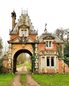 This is a North Lodge holiday cottage in Brockenhurst Park, New Forest - Buildings - Architecture Victorian Architecture, Beautiful Architecture, Beautiful Buildings, Beautiful Homes, Beautiful Places, Online Architecture, Storybook Homes, Storybook Cottage, Little Cottages