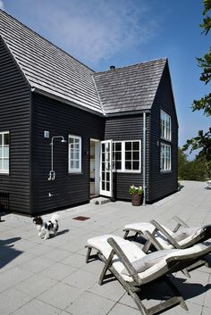 Simple sunny outdoor shower somewhere in Sweden. Steal This Look: Danish Summer House with Outdoor Shower. Home Decor Black House Exterior, Exterior House Colors, Exterior Paint, Exterior Design, Patio Design, Pintura Exterior, Decoration Inspiration, Dark House, Architecture