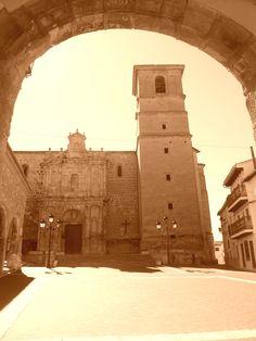 Iglesia de Nuestra Señora de la Asunción . S XV y XVI. Desde arco del pórtico del ayuntamiento.
