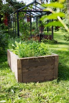Kestävät viljelylaatikot kannattaa suojata lahoamiselta. Katsot vinkit Viherpihasta!