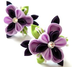 Kanzashi fabric flowers. Set of 2 ponytails . Orchid and por JuLVa