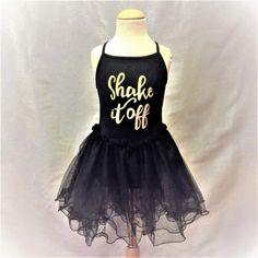 """Heerlijk stoer zwart balletpakje met gouden opdruk """"Shake it Off"""" op het voorpand en drielaags organza rokje. Ook geschikt voor streetdance of jazzballet of latin dance!  Model: Yoni"""
