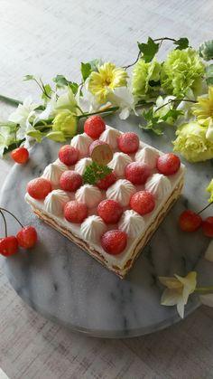 いちごを並べたらその間にクリームを絞ります。丸や星でも良いです。個人的にギザギザの多い口金が好みです。最後に粉糖やセルフィーユ、ケーキピックなどでデコレーションしてください。以上で完成です!簡単なのでぜひ作ってみて下さい♪ Square Cakes, Party Desserts, Cupcake Cakes, Cupcakes, Food Design, Cake Designs, Food Photo, Jelly, Nom Nom