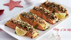 Zarte Lachsfilets, die in einer Hülle aus Nüssen und Petersilie serviert werden, bringen genau den richtigen Knusperfaktor mit auf den Tisch.