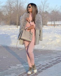 С наступлением холодов, женский гардероб пополняется теплой верхней одеждой. Сезон зама 2018 будет яркой и интересной. Модная индустрия предлагает этой зимой 2018 быть стильной и модной, но в то же вр...