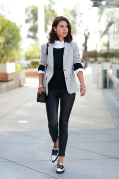 Heißt Business Casual, dass ich bei der Arbeit Jeans tragen darf? Sind Turnschuhe ok oder müssen es im Job immer Pumps sein? Im großen...