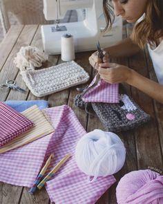 my world of wool: dressing case and DOPE LEMON - Uptown Folks Love Crochet, Knit Crochet, Crochet Designs, Crochet Patterns, Genius Makeup Hacks, Cotton Cord, Crochet Shoulder Bags, T Shirt Yarn, Crochet Videos