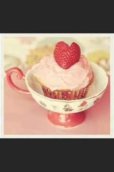YUM delicious way to serve treats for a DIY tea party Yummy Cupcakes, Cupcake Cookies, Cupcake Wars, Sweet Cupcakes, Pink Tumblr, Cupcakes Bonitos, Strawberry Cupcakes, Cute Food, Afternoon Tea