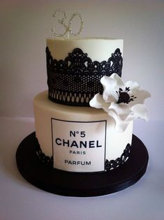 Channel cake Channel cake Un abito (noto anche. Chanel Birthday Cake, 25th Birthday Cakes, Birthday Cakes For Women, Birthday Cake Girls, Bolo Channel, Channel Cake, Beautiful Cakes, Amazing Cakes, Cake Cookies