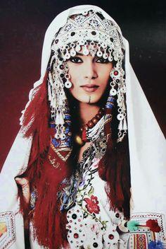Una mujer bereber con su ropa tradicional