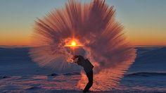 chá quente congelando no meio do ar!