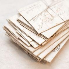 """Alpina Feine Farben No. 03 – Poesie der Stille. Hermann Karl Hesse, der deutschsprachige Schriftsteller, Dichter und Maler, liebte die Poesie und die Stille. Sein Zuhause und sein Garten waren seine Kraftoasen, hier fand er Inspiration und schrieb seine """"Poesie der Stille"""", ein warmer pudriger Grau-Ton, ist beeinflusst von einem ebensolchen Ort: Ruhe und Gelassenheit vereinen sich mit inspirierender Energie. #Design #DIY #Farbe #Einrichten #Wohnen #Inspiration #Premium #Innenfarbe #grau"""